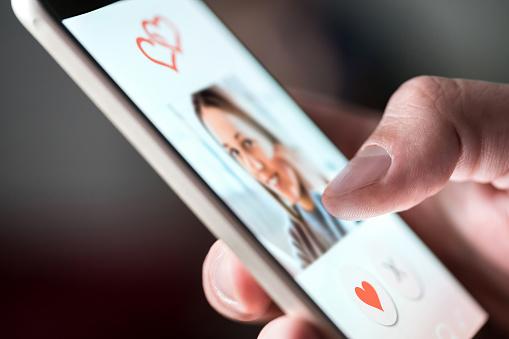 Les rencontres via les sites de rencontres et les réseaux sociaux